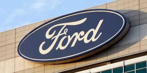 ARCHIV - Das Ford-Logo fotografiert am 29. Oktober 2009 in Dearborn, Michigan USA.Wegen der gesunkenen Nachfrage will Ford in den USA seine Belegschaft weiter verringern. Das Unternehmen will seinen Arbeitern den Abschied mit Abfindungen und Vorruhestandsangeboten schmackhaft machen. Das Angebot gilt für alle 41.000 Arbeiter. Wie viele davon Gebrauch machen wuerden, wollte Unternehmenssprecher Mark Truby nicht abschaetzen. Ein aehnliches Angebot im Sommer wurde nur von rund 1.000 Beschaeftigten angenommen. (AP Photo/Carlos Osorio,Archiv) --FILE - In this Oct. 29, 2009 file picture  the Ford logo is seen on the automaker's headquarters in Dearborn, Mich. (AP Photo/Carlos Osorio File